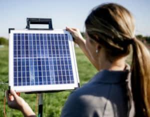 Solarpanel von AKO Agrartechnik versorg Weidezaungeräte mit Strom und sorgen so für Spannung auf dem Koppelzaun.