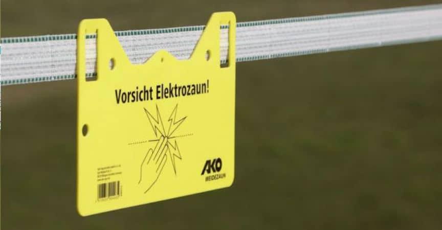 Elektrischer Weidezaun mit Warnschild